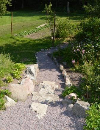 2013-juni_ny trädgårdgång ner till det nya grönsakslandet