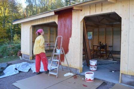Helena målar carporten