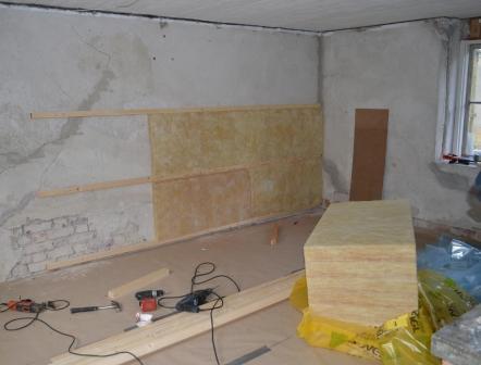 Golvet klart och väggarna isoleras