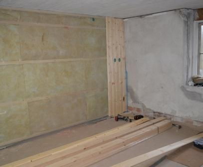 Isolering klar och pärlspont sättes på väggar