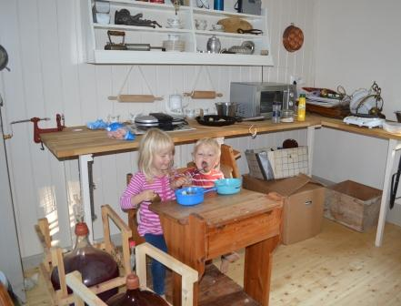 Leija o Anton äter lunch i bakstugan