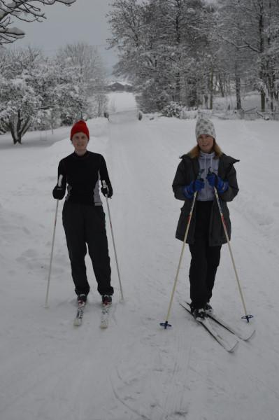 Helena o Ingrid åker skidor 20169